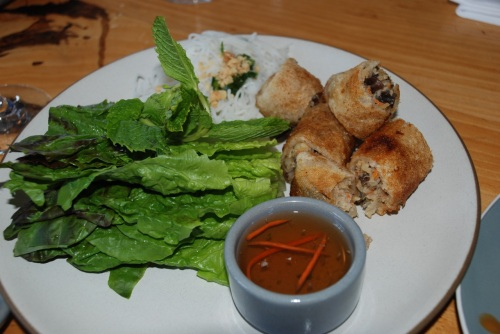 Crispy vegetarian imperial rolls with taro root, cabbage, glass noodles and peanuts - food with instructions...(1) put noodles, roll and mint in lettuce (2) dip in the sauce (3) put in mouth (photo: Marina Cohn)